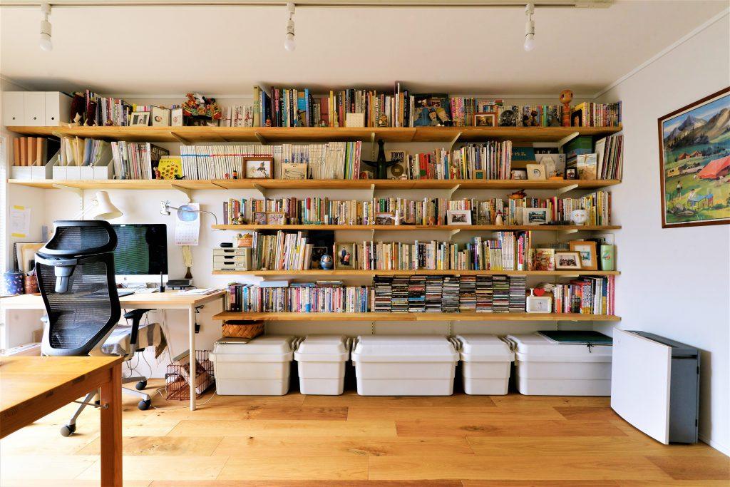 【書斎】ご主人様がDIYで造られた奥様の仕事場の本棚。 本がインテリアのアクセントになっています。