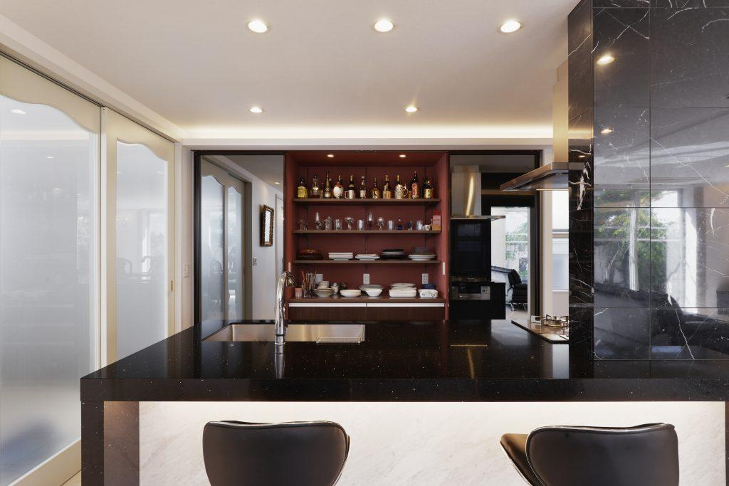 【キッチン】ミラーの後ろは、実はキッチン収納。開けたときの美しさにも妥協はしません。