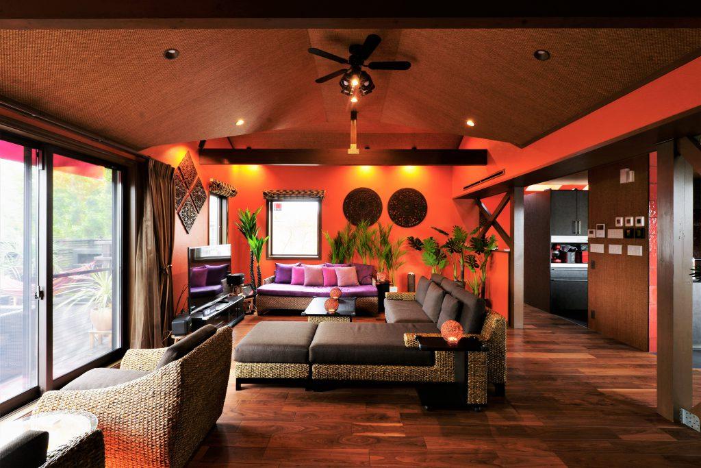 【リビング】南国リゾートをイメージしたリビングは思い切って壁を鮮やかなオレンジ色の塗装にしました。