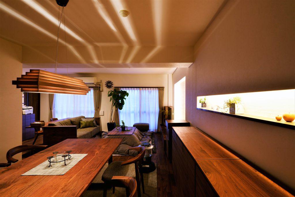 【ダイニング】ペンダントライトからこぼれる光が印象的に天井を照らします。
