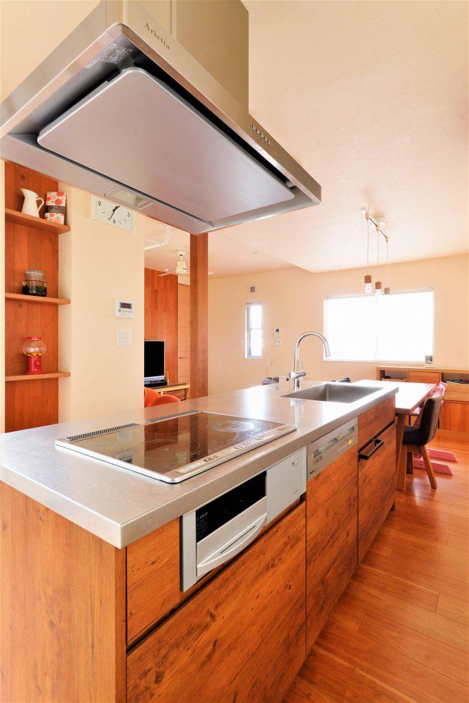 【キッチン】H様こだわりのオーダーキッチン。扉の雰囲気をフローリングと合わせて、目立ちすぎないけど優しい存在感のあるキッチンに。