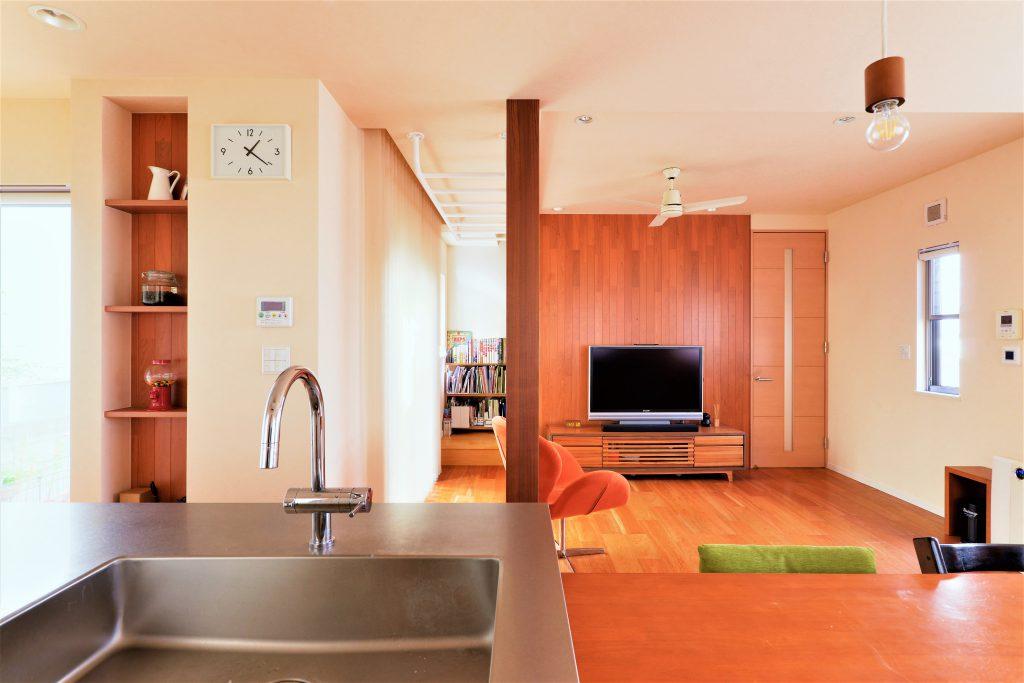 【LDK】キッチンに立てば、ダイニングともリビングともつながれます。TVを置く壁と残る柱は木質のアクセントをつけて、飽きの来ないインテリアに。