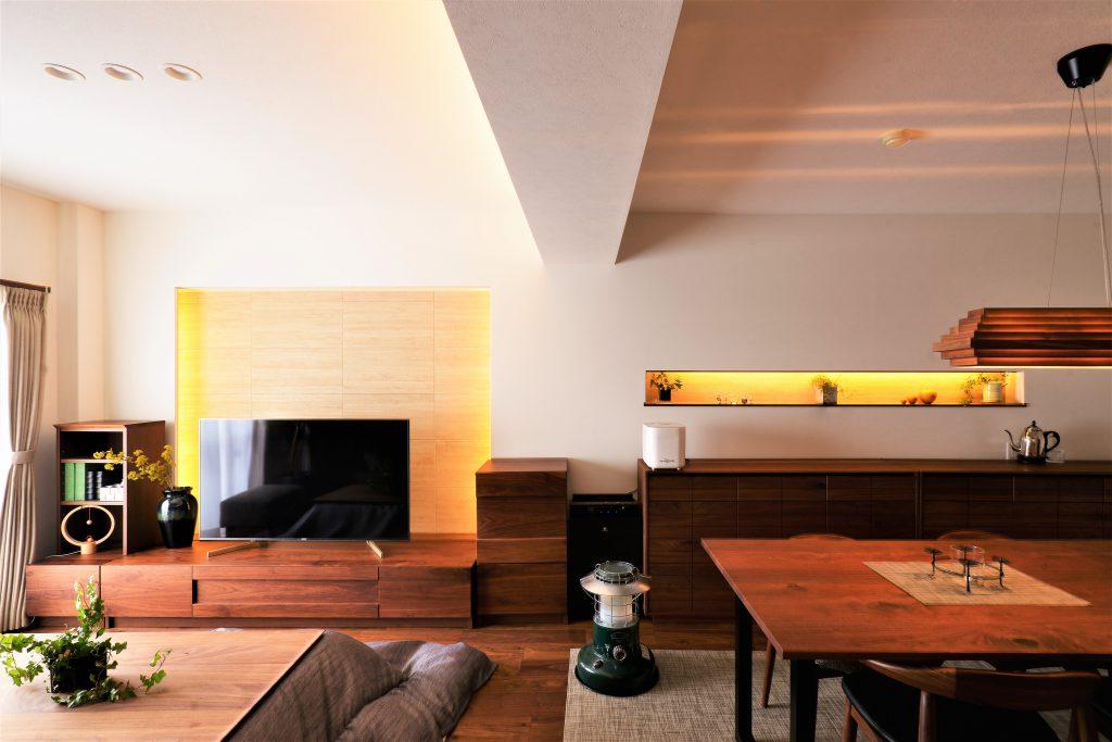 【LDK】こだわった間接照明がウォルナットの家具と共に落ち着いた雰囲気を演出します。