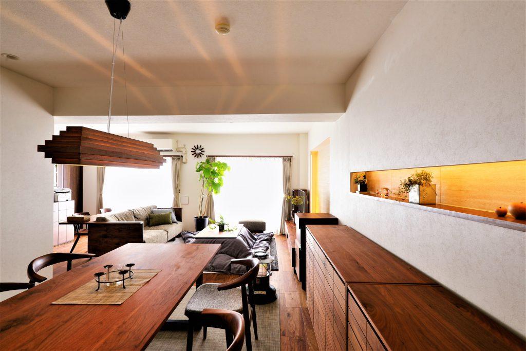 【ダイニング】ダイニングのニッチの飾り棚もこだわりのひとつ。置かれる収納家具とのバランスやサイズ感に配慮しました。