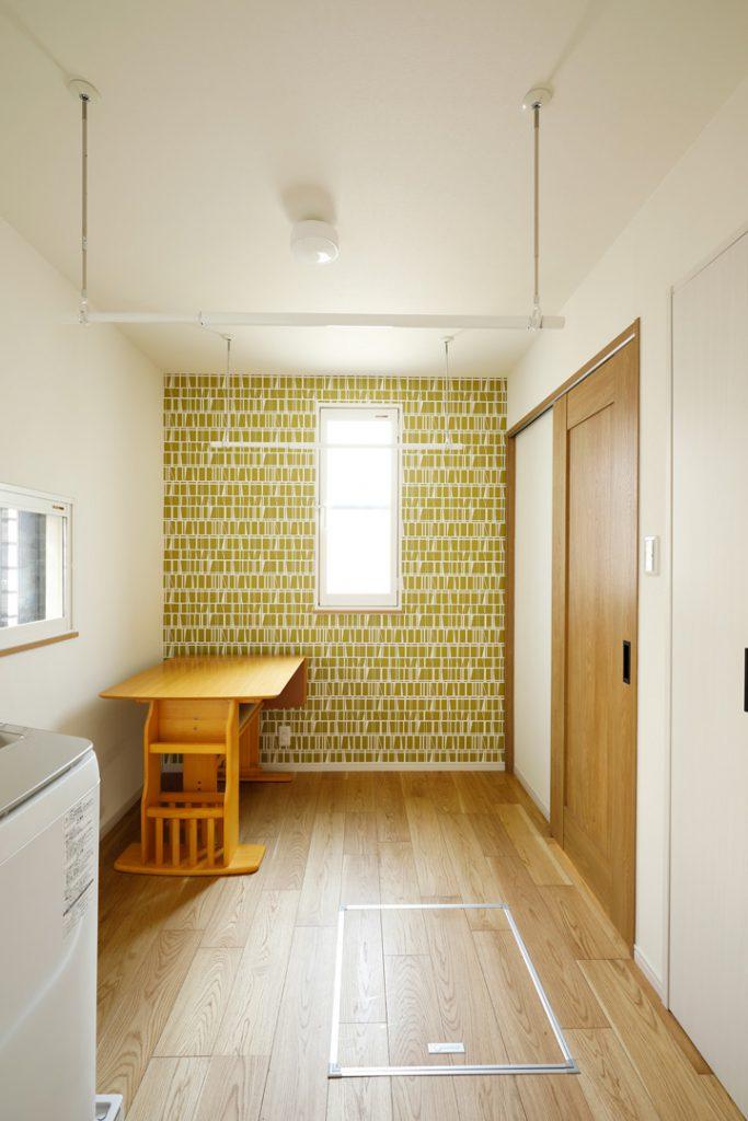 洗面室とキッチンを繋ぐ空間を、ユーティリティスペースとしました。雨の日に洗濯物を干したりアイロンがけしたり、お買い物の荷物を一時的に置いたり、、、と一家に一つ欲しいお部屋です