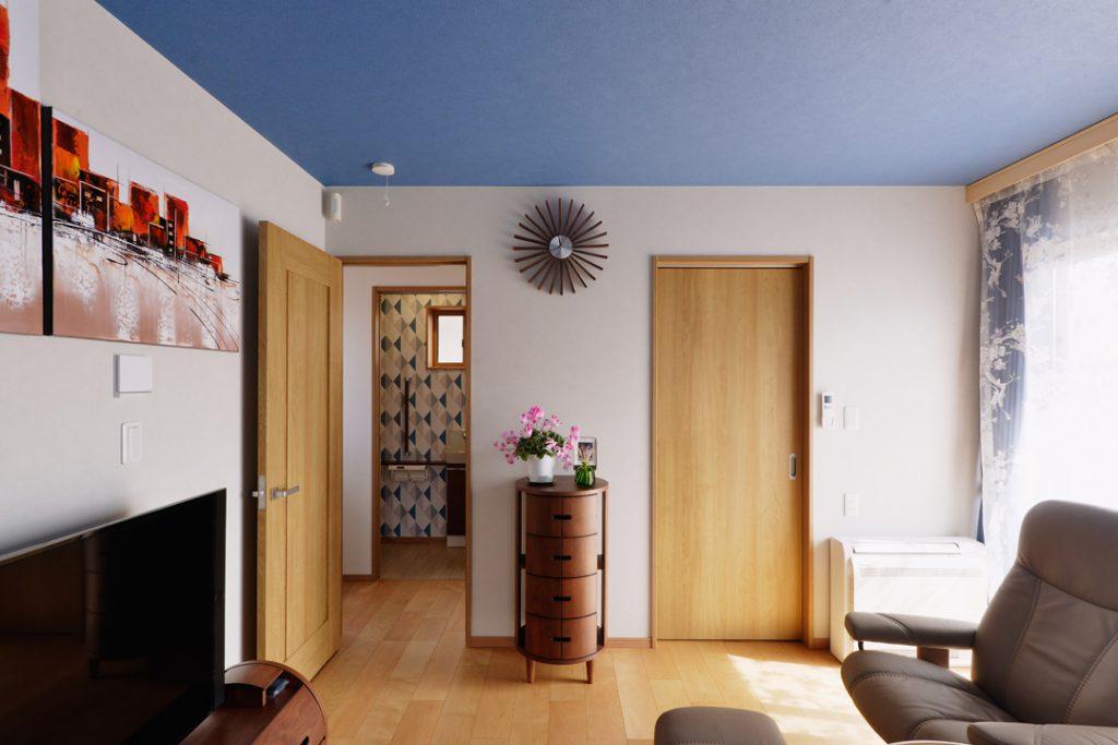 【2階寝室】ご主人様の好きなブルーをアクセントにし、全体をコーディネートとしています。