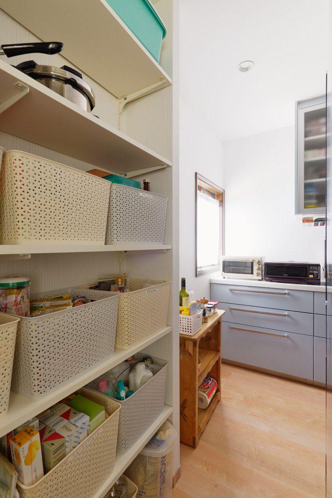 キッチンの奥には、たっぷりの収納スペース。