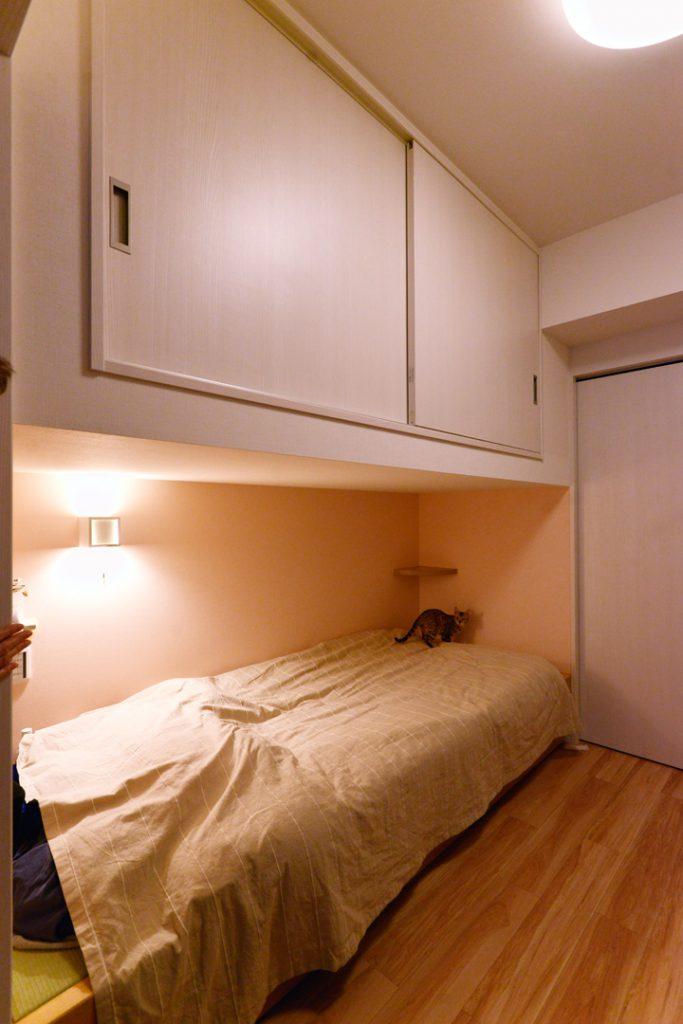 リビング隣の寝室。収納を作りつけてデッドスペースも有効に。
