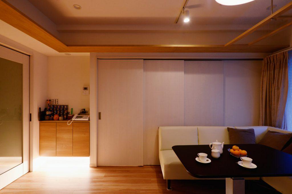 リビングとキッチンの間を扉で仕切る事でプライベート空間も確保
