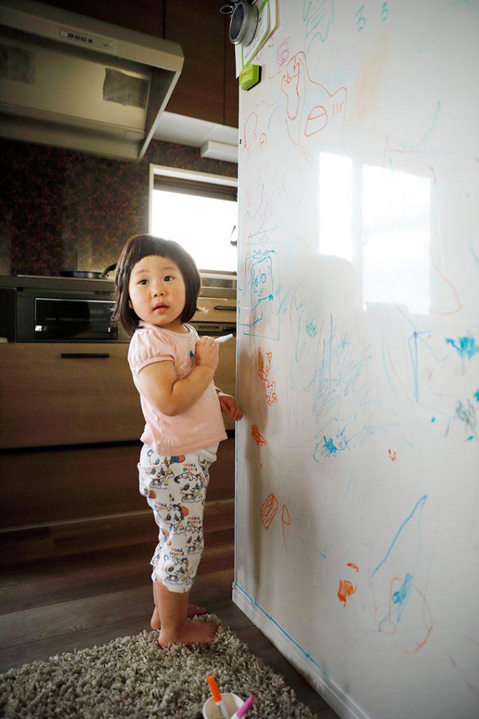 描いては消せる壁面。リフォームならではの特別仕様です。
