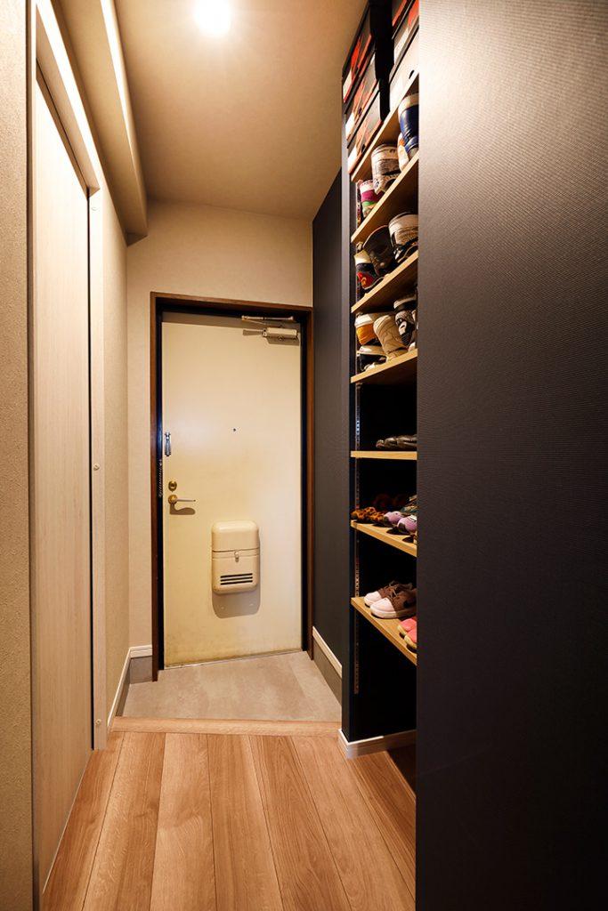 玄関には造作の靴箱。天井までたっぷりの容量があります。