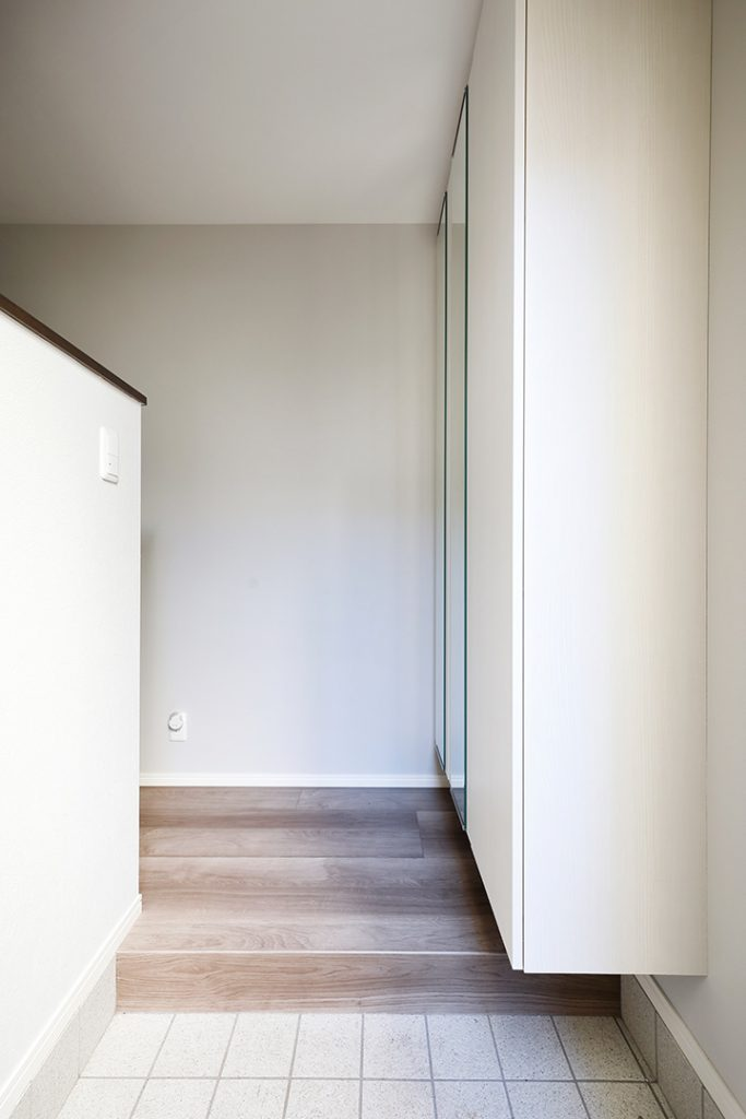 玄関にはたっぷり容量の収納を造作。扉の鏡で身だしなみをチェック!