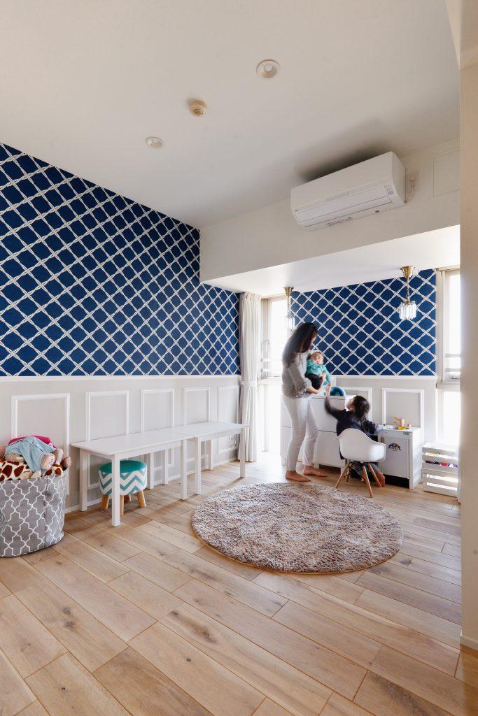 お子様と過ごす大切な空間も青を基調とした自然素材で体にも優しいスペースに。アクセントクロスは輸入品を採用しています。