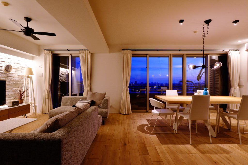 リビングの大きな窓から一望できる景色を活かすコーディネート。