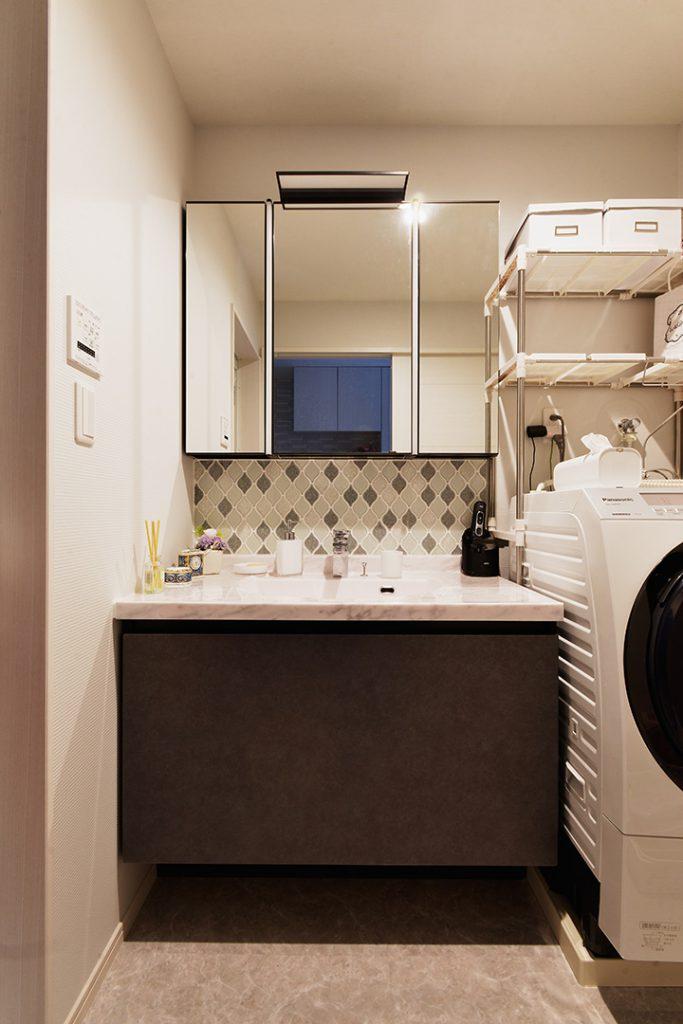 既製品の洗面化粧台にアクセントタイルを組合せることでおしゃれな造作風洗面台に