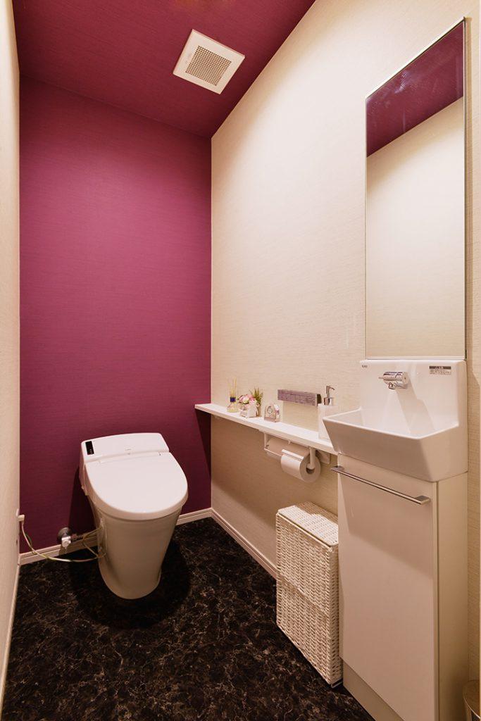 トイレの中にも手洗いを設け、お客様がきてもトイレ内で完結できるように。トイレは入ったときのインパクトが大事!