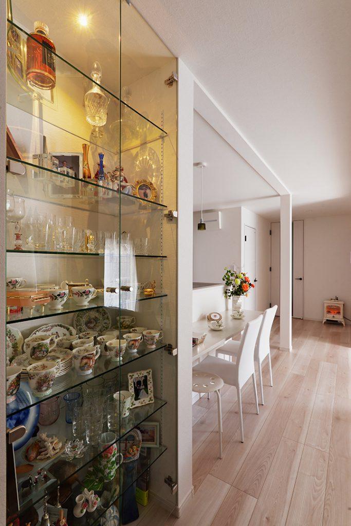 なるべく置き家具を置かないように収納を多く設けました。また、素敵な食器がたくさん眠っていたので、一角に飾り棚を設けて飾れるようにしました。
