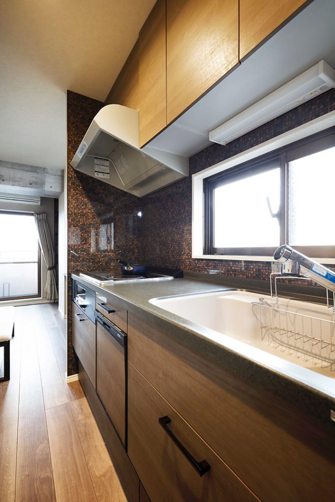 キッチンはモダンな色合い。