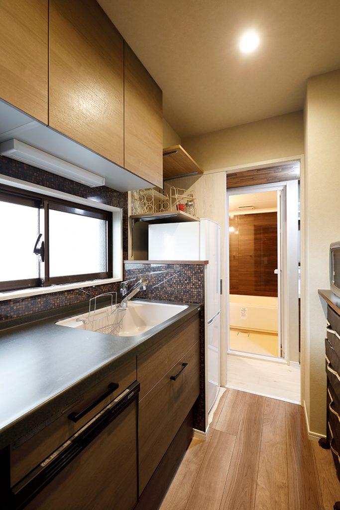 キッチンからは脱衣所、お風呂まで見通せます。