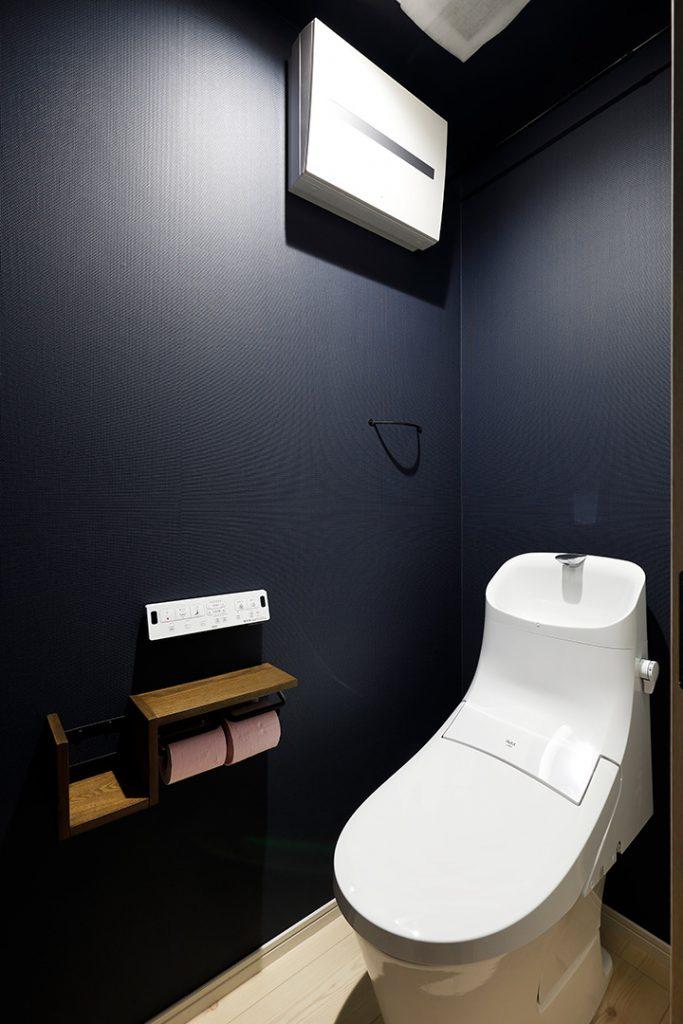 トイレの壁紙は玄関、リビングのアクセントカラーを使い統一感を出しました。