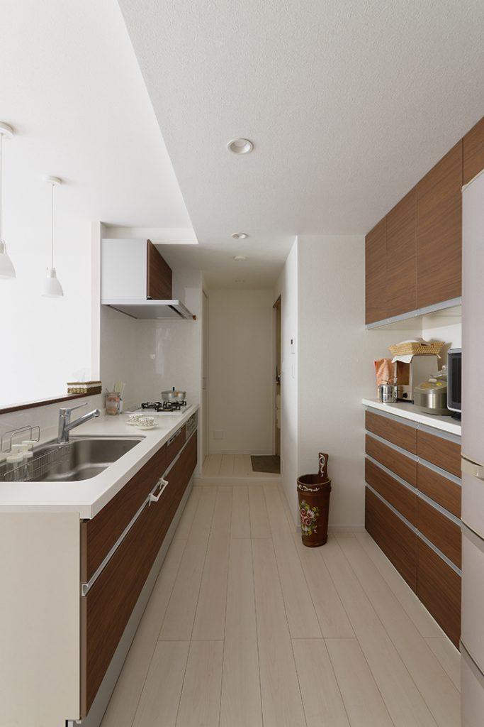 キッチンと収納の間の通路幅を広くとり、2人キッチンに立っても広々です。