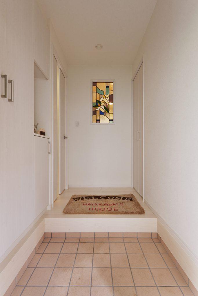 お母様お手製のステンドグラス。リフォーム前の家では洗濯機置き場の壁にありましたが、玄関に入ってまず目に入り、リビングにいても見える位置に設置しました。