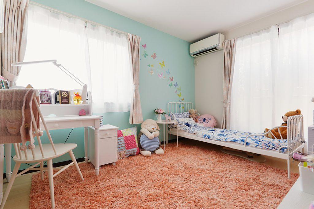 こちらのお子様部屋もアクセントクロスを張替え。大きくなってもおしゃれに使えそうな空間です。