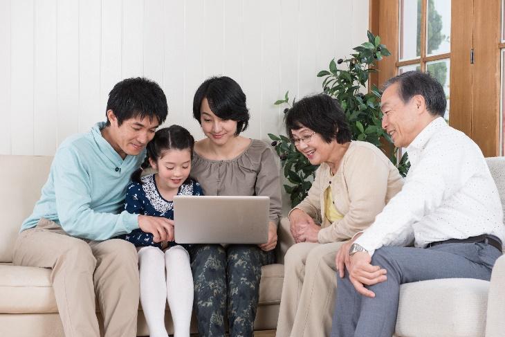 バリアフリーのリフォームを家族で話し合う