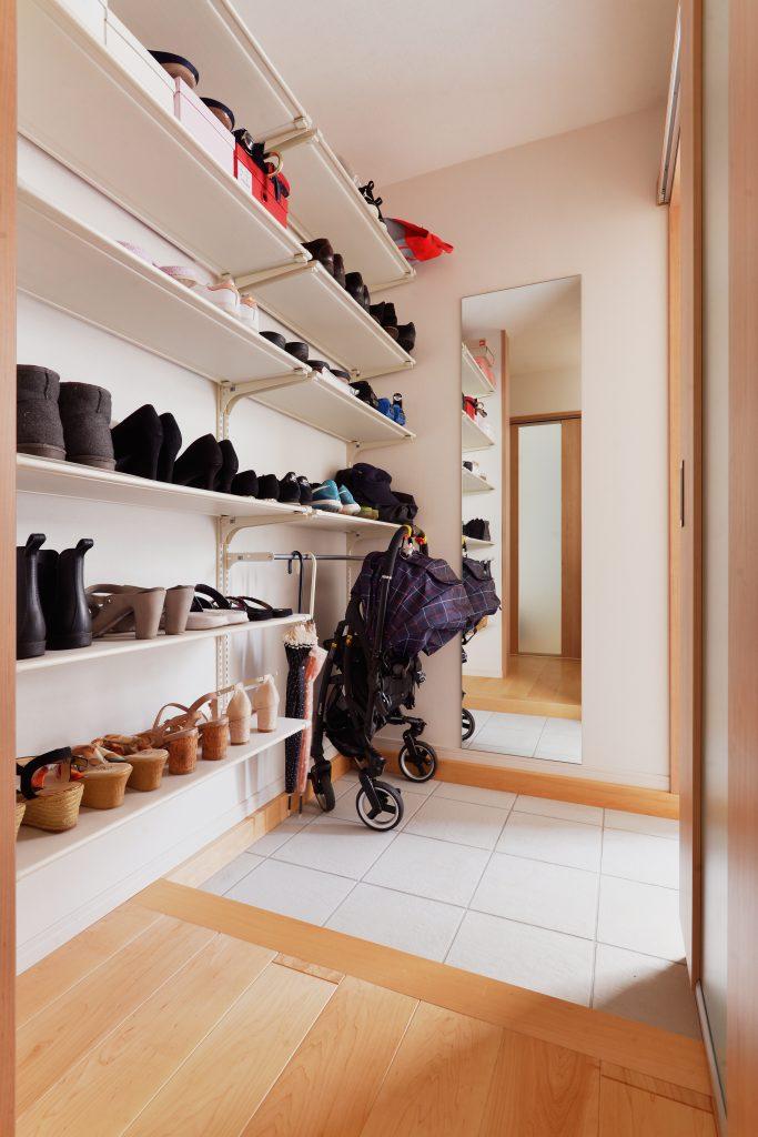 お客様用と家族用の玄関入り口を分けたことで、いつでもスッキリお友達を迎え入れることができます。造作の棚で靴もたっぷり収納できます。大きな姿見鏡を造作で設けてお出かけ前のチェックも簡単にできます。