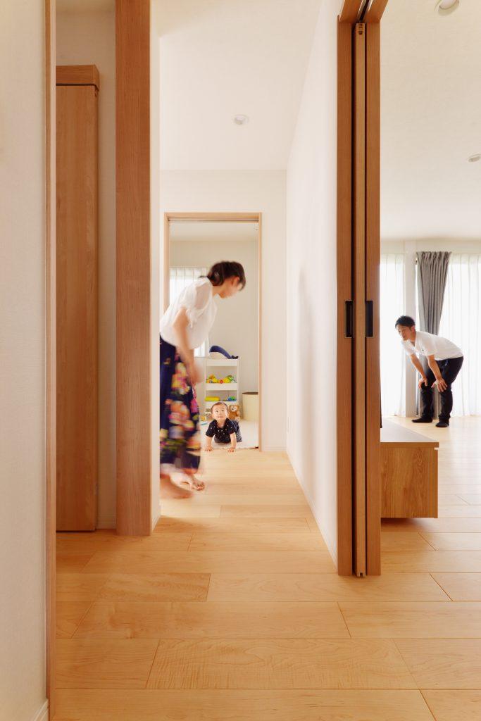 リビングの赤ちゃんスペースは玄関とつながり、アクセスも楽々