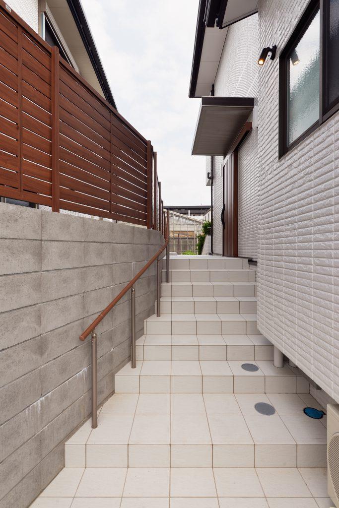 玄関の位置を変え、車庫から簡単に出入りできるようにアプローチ階段を作りました。子供を抱えながらの出入りや成長されてからベビーカーの持ち運びがあっても楽ちんに動線を検討しました。