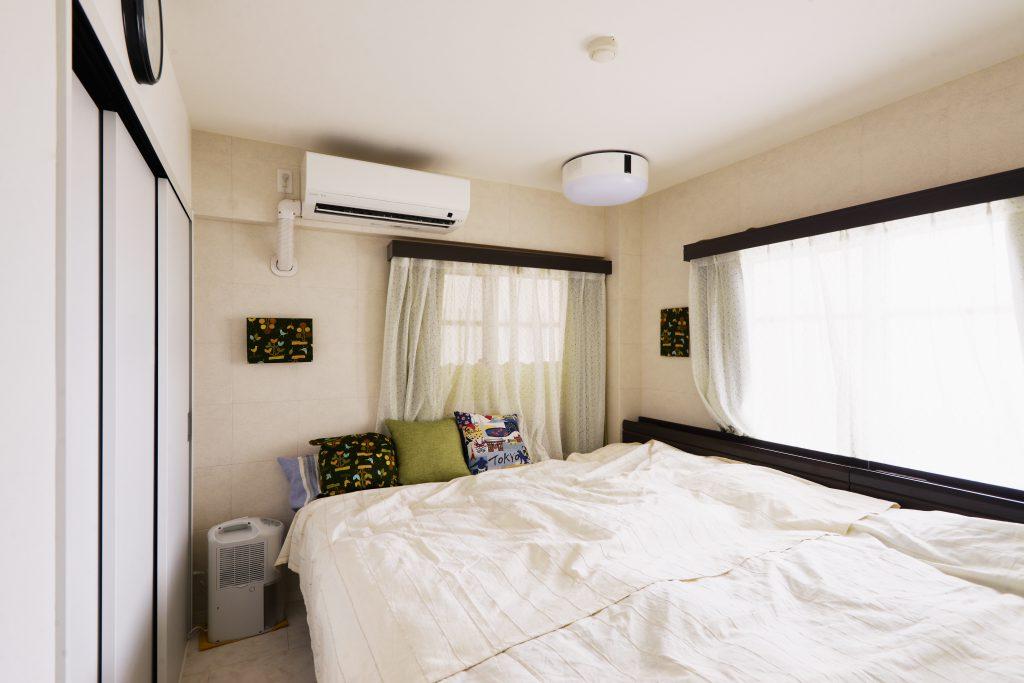 寝室にもエコカラットを貼って空気環境改善を意識しました。プロジェクターでスポーツ観戦をする時間も至福の時間の一つ。