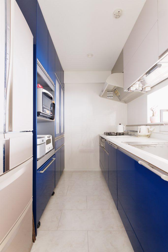 新宿のトクラスショールームで一目惚れした配色のキッチン。掃除もしやすく、鏡面が素敵で奥様のお気に入りです。