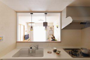 コの字型からI型に。お料理中でも子供を見守れるキッチン