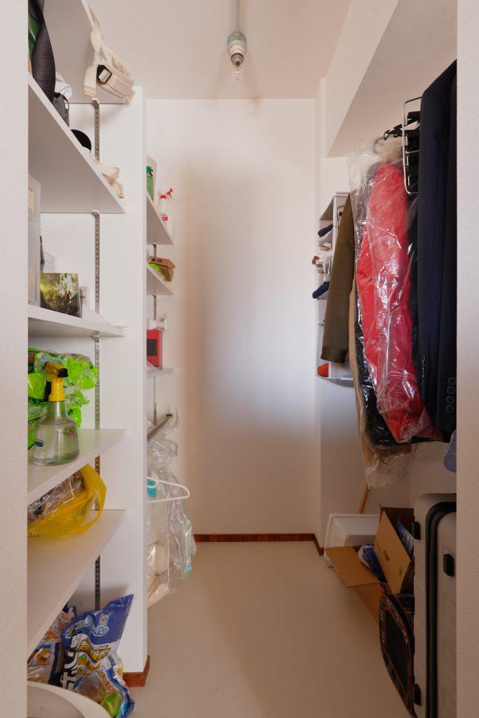 リビングの一角にウォークインクローゼットを設けました。愛猫のご飯から洋服までしまえる大収納です