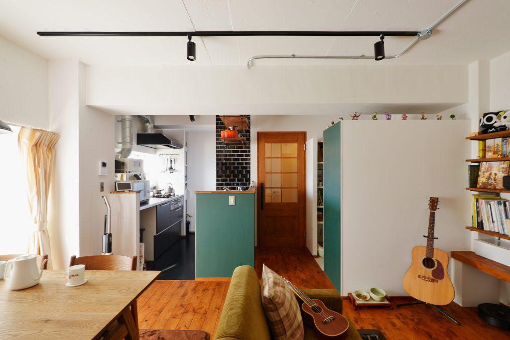 大好きなTRUK furnitureの家具を活かせる世界感を形に。思い描いたイメージを形にするアイデアがたくさん詰まったリノベーションとなりました。深緑の落ち着いたトーンのぬりかべの色もこだわりのひとつ。黒板のような緑を再現。