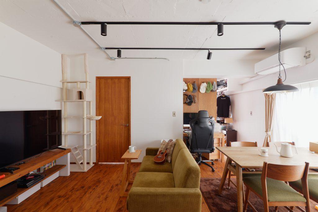 床とTVボードは東京檜原村産のホームテックオリジナルのヒノキ。天然塗料で塗装して、お気に入りの家具が映える素敵な空間になりました。
