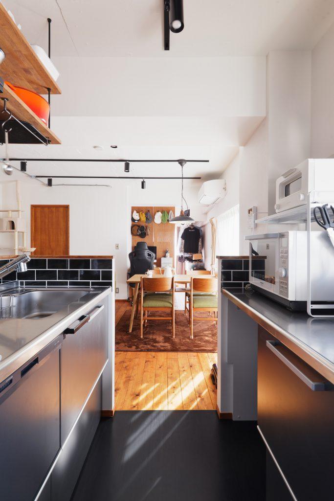 キッチンはコンパクトに使い勝手よく2列型に。リビングを広く残せて便利です。