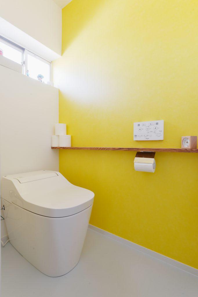 アクセントの黄色が映える遊び心のあるトイレ