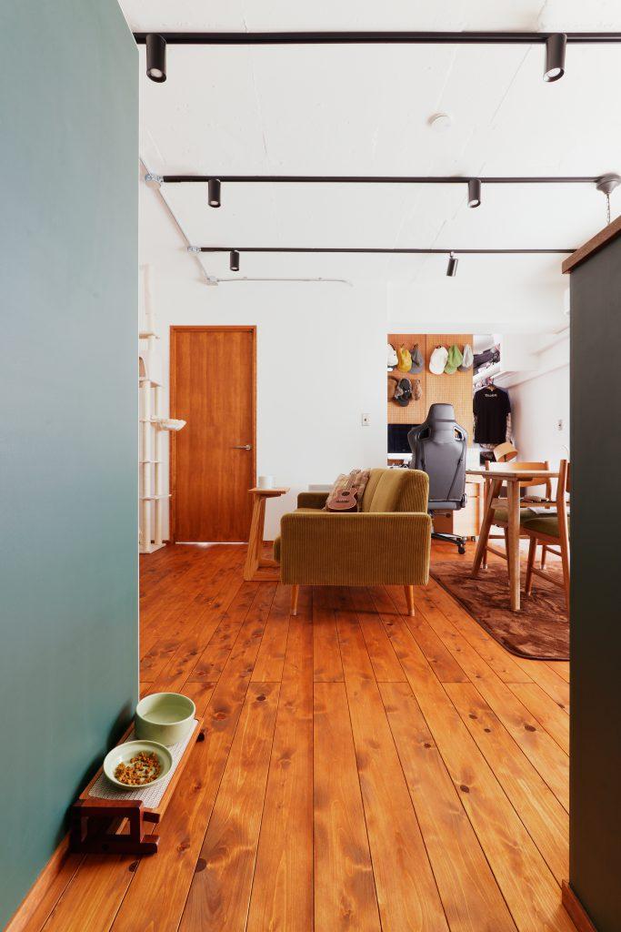東京檜原村産のヒノキの床材が良い味を出しています。無垢フローリングは素足でも温かみを感じられます