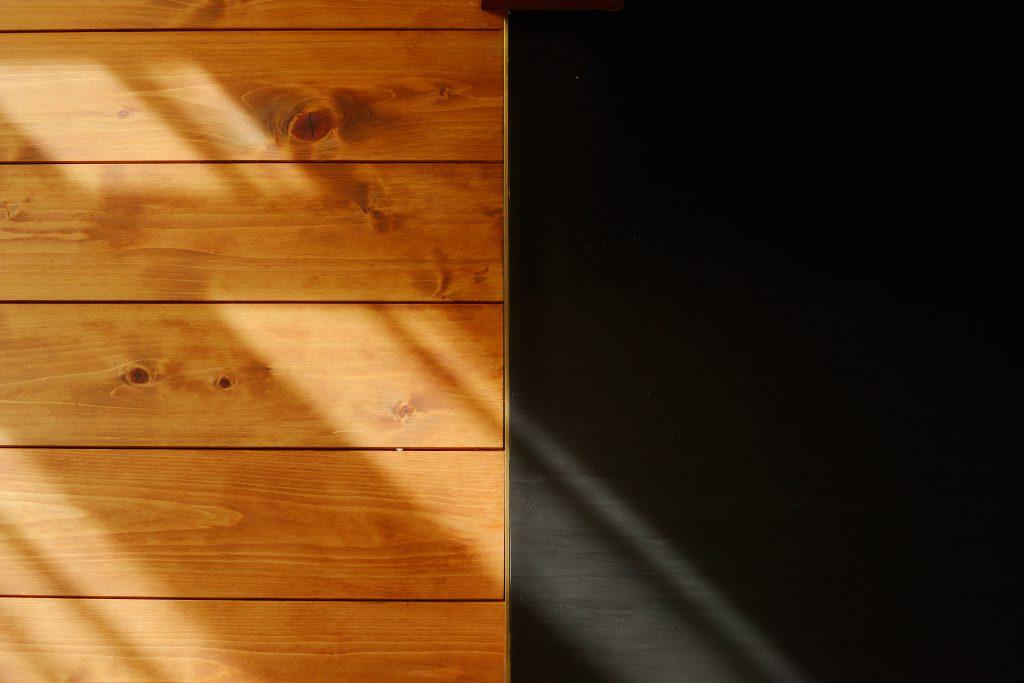 キッチンとリビングの床の見切りは真鍮をセレクト。細かいところまでこだわれるのがリフォームの醍醐味です