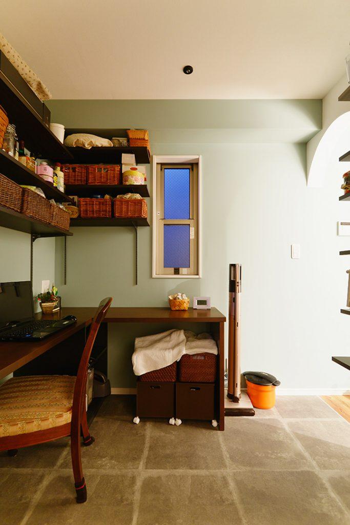 ランドリー兼パントリーの中にはデスクカウンターを造作。家事の合間の休憩や作業に便利