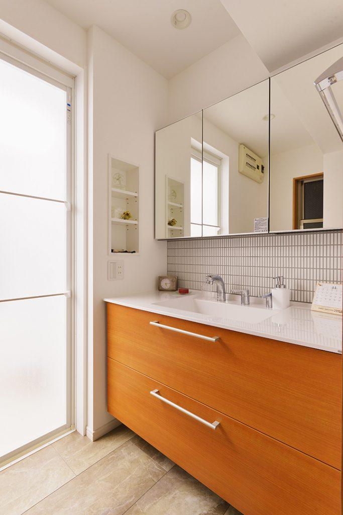 洗濯機をキッチン横のパントリー兼ランドリーに設置場所を移動したことで、間口の広い洗面化粧台が設置できました