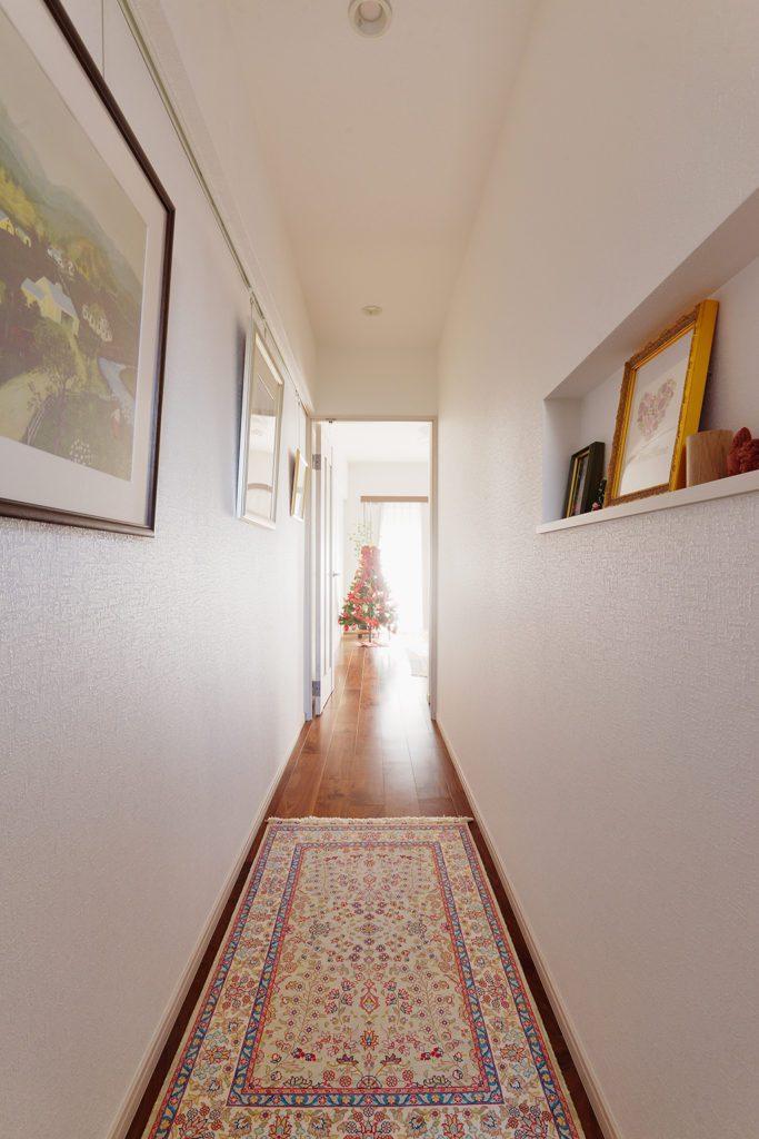 廊下にはたくさんの絵画や写真、押し花などが並びます