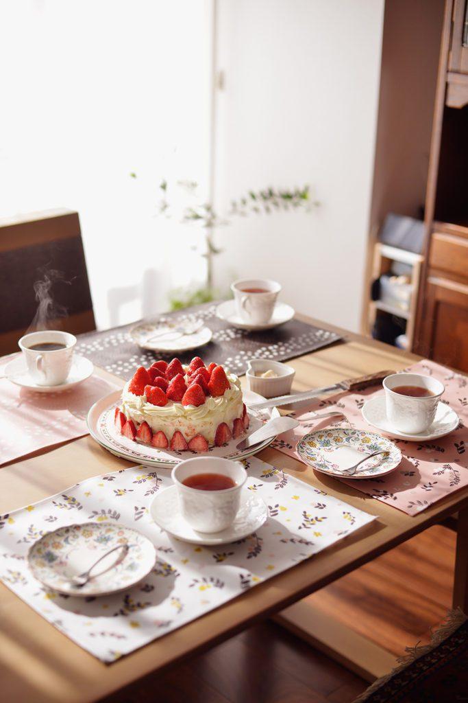 お菓子づくりや紅茶がお好きだという奥さま。取材当日は手作りのケーキを用意してくださいました