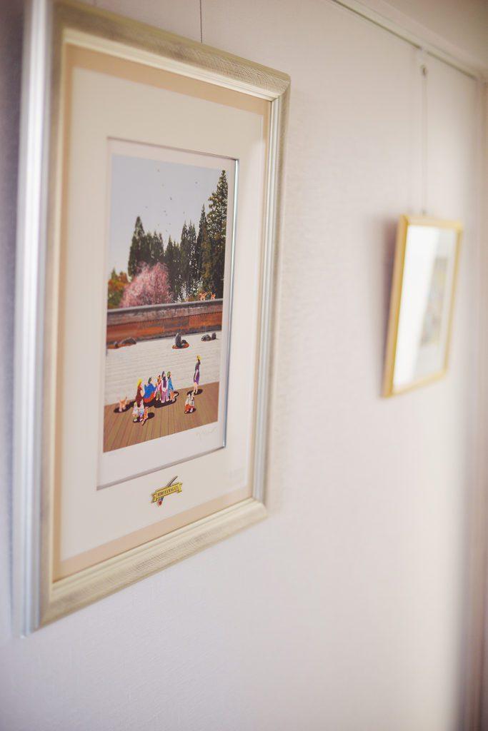 「ずっと飾りたかった画家ヒロ・ヤマガタさんの龍安寺のシルクスクリーンもようやく飾ることができました」と奥さま