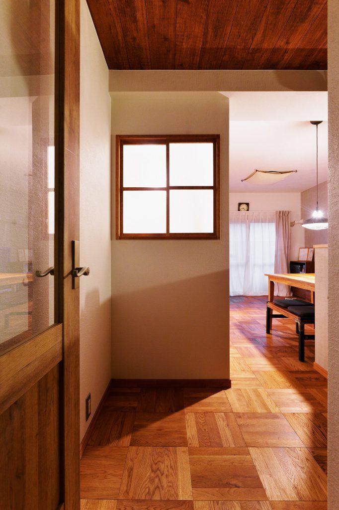 【室内窓の事例②】お子様の寝室に設けた換気用の室内窓。インテリアのアクセントにもなります