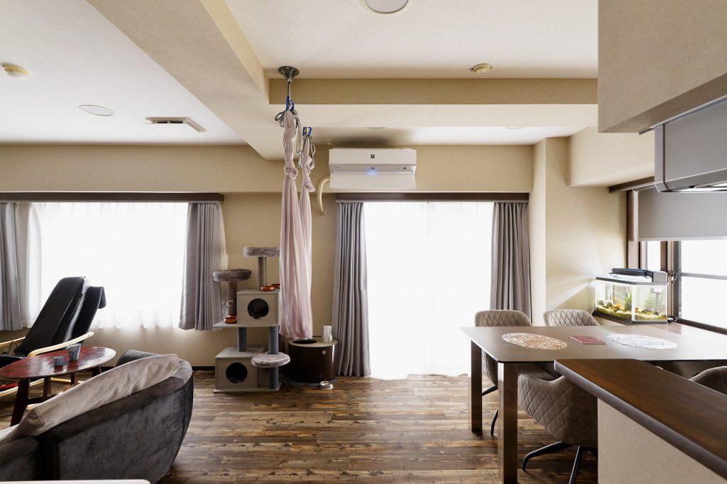 ワンちゃんネコちゃんと暮らしているため、床は滑りにくく、お掃除のしやすいフロアタイルをご提案しました