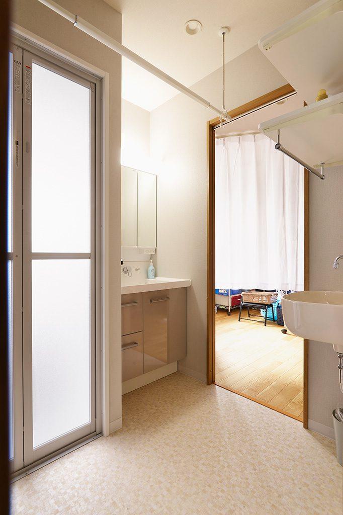 洗面室の入り口は2カ所設けました。廊下をはさんで回遊が出来るので家事動線も短くて済みます。