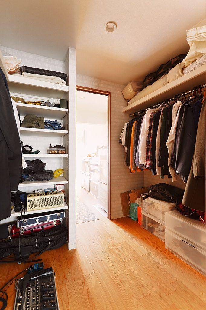 寝室からキッチンをつなぐウォークスルーのクローゼット。お家をぐるぐると回遊することができます